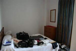 Koffer auf im heutigen Schlafzimmer
